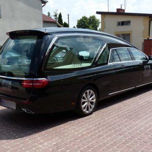Mercedes czarny karawan